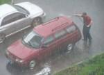 Lavando el carro bajo la lluvia